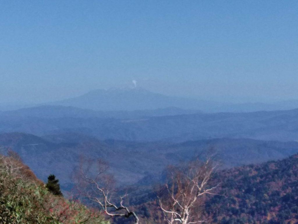 一ノ峰付近から見えた噴煙を上げる御嶽山
