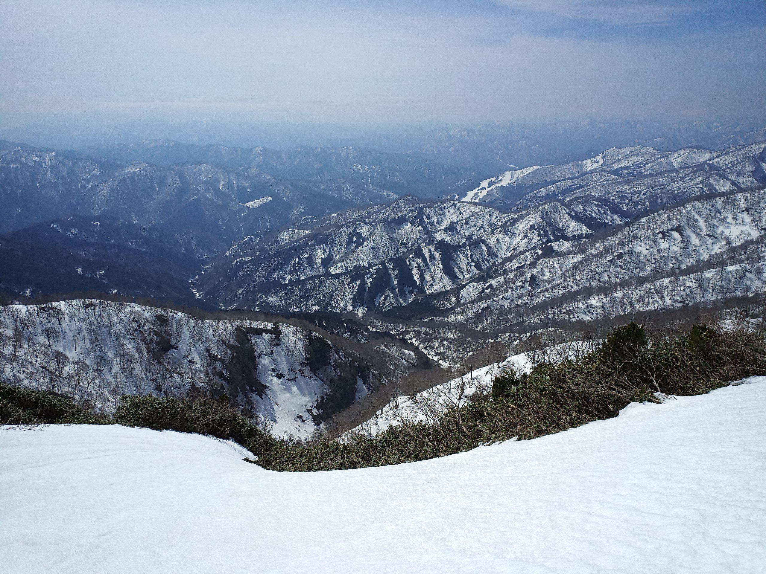202103271108小白山から見下ろす三面谷源頭